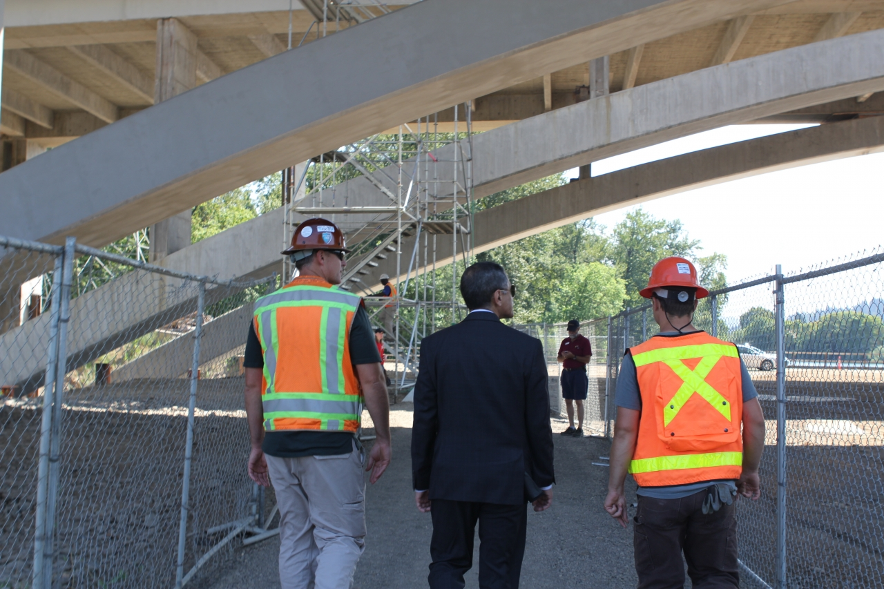 Photo of F.H.W.A. Administrator Victor Mendez touring the Whilamut Bridge construction site