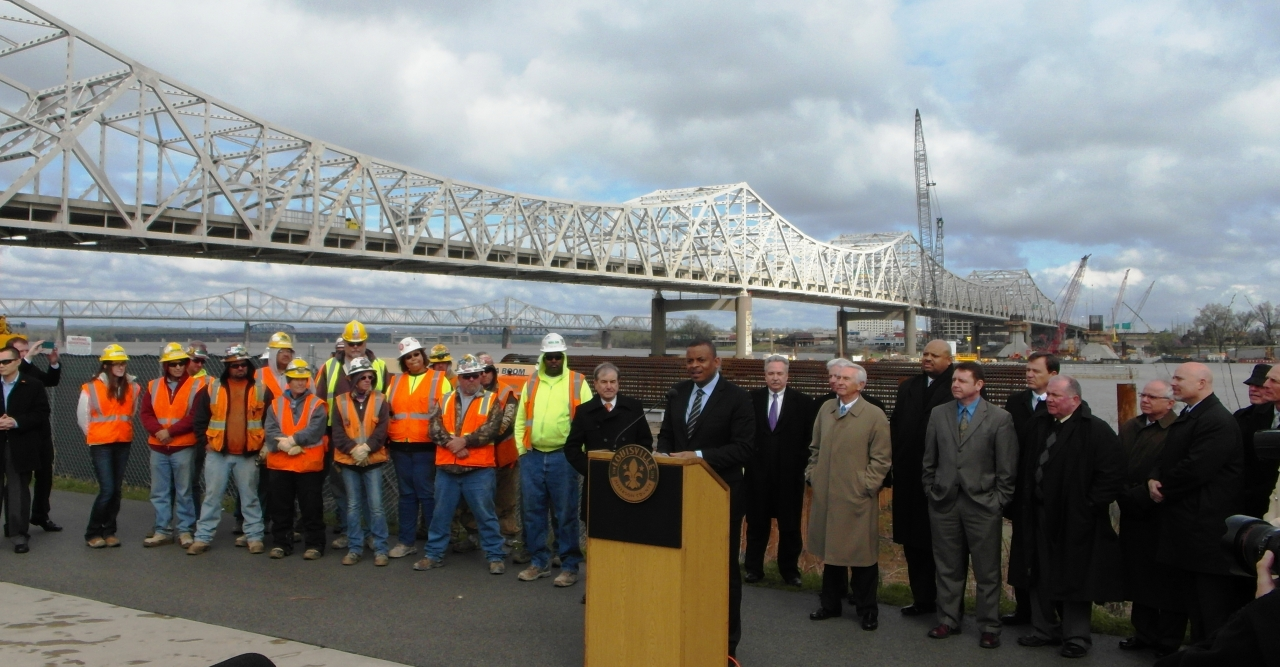 Photo of Secretary Foxx speaking at the Ohio River Bridges project event