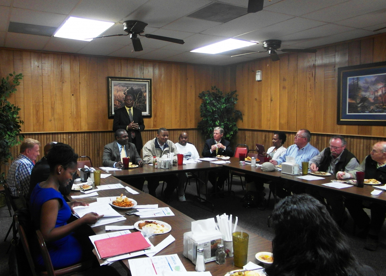 Photo of Secretary Foxx at the roundtable lunch at Brushy Bayou restaurant