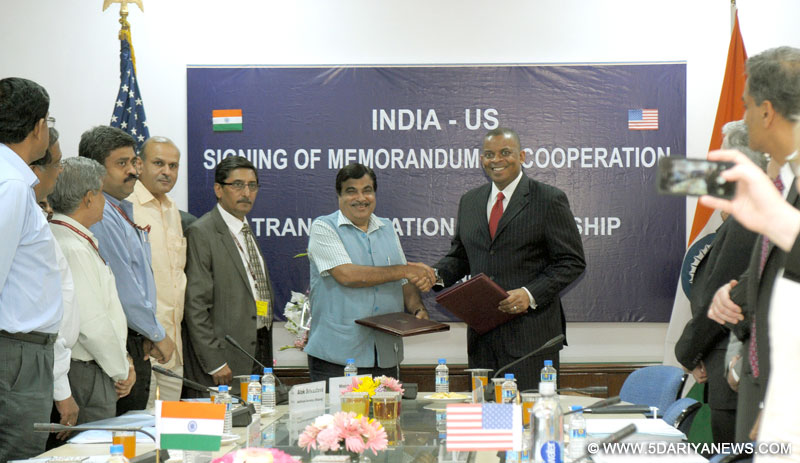 US Transportation Secretary Anthony Foxx and India's Minister of Road Transport, Highways, and Shipping Nitin Gadkari sign MOC