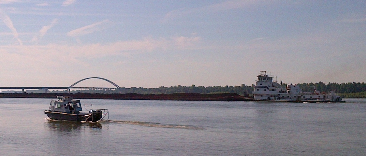 Photo of the m?V Donna Rushing pushing barges up the Ohio River