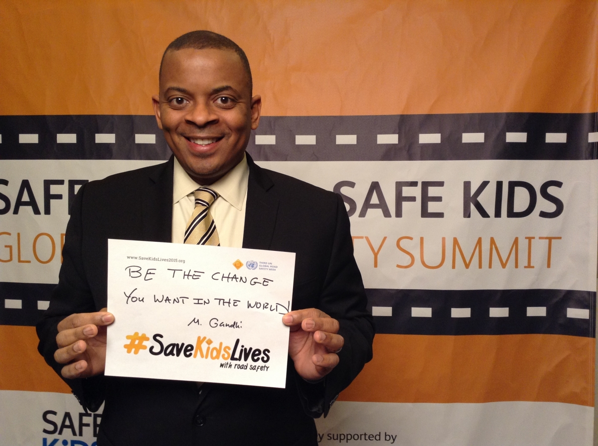 Photo of Secretary Foxx with an idea for improving global road safety